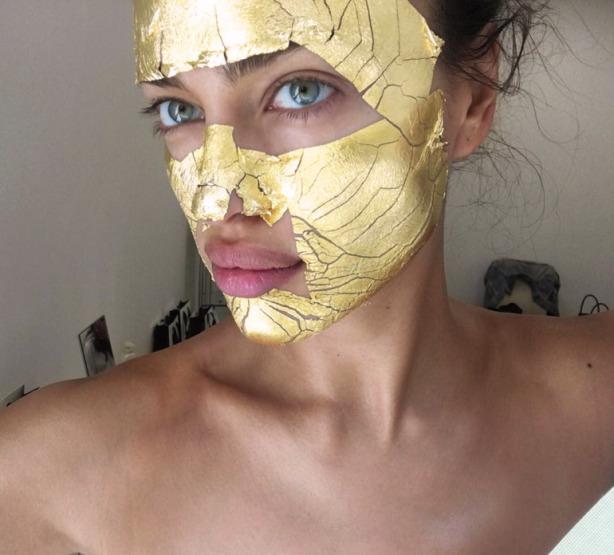 irina-shayk-gold-face-mask-beauty