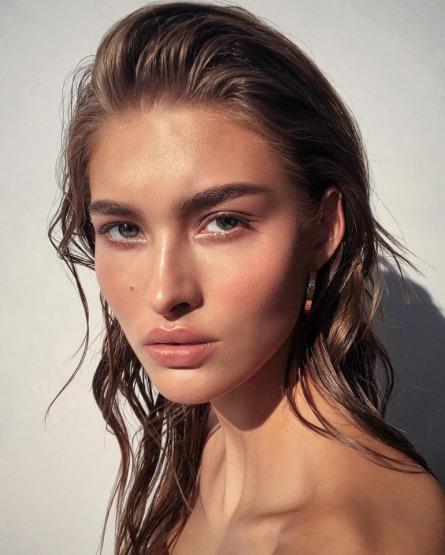 makeup-mineral-foundation-model-natural