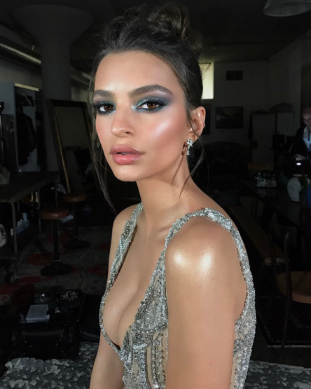 emily-ratajkowski-makeup-beauty-highlight-strobing