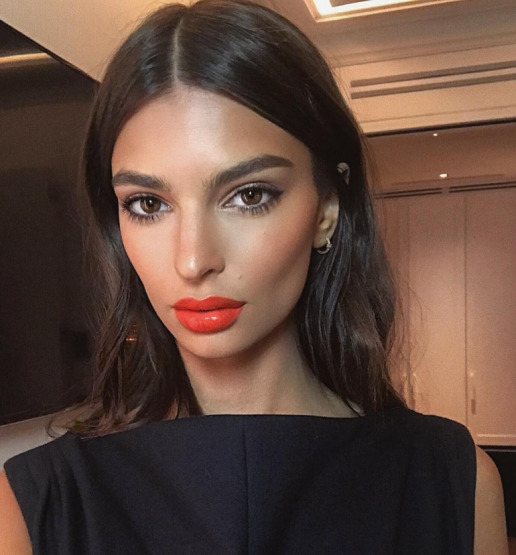 emily-ratajkowski-make-up-beautu-lipstick