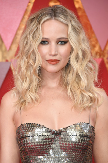 jennifer-lawrence-red-carpet-beauty-curly-hair-style-makeup-orange-lipstick