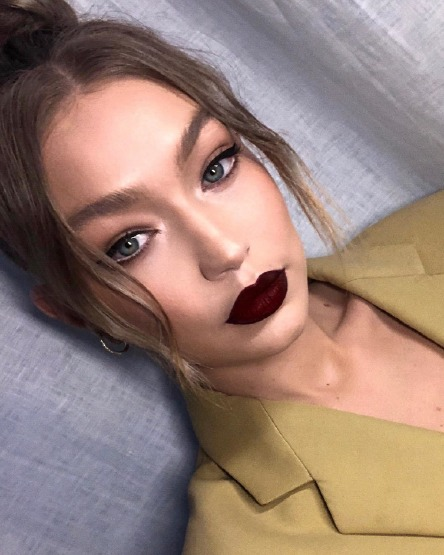 gigi-hadid-face-beauty-make-up-lip-color-dark
