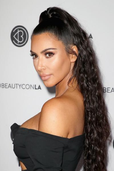 kim-kardashian-beauty-con-los-angeles-make-up-smokey-eyes-nude-lipstick-ponytail-hair-style