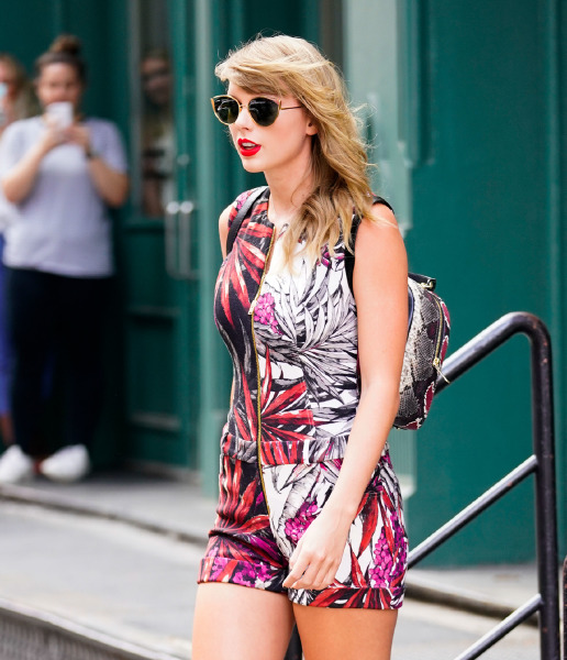 taylor-swift-street-style-beauty-make-up-red-lipstick