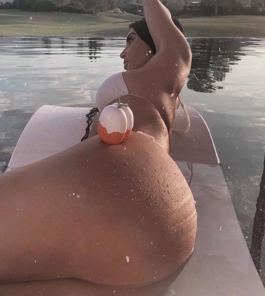 kim-kardashian-kimoji-kkw-fragrence-perfume-peach-cherry-vibes