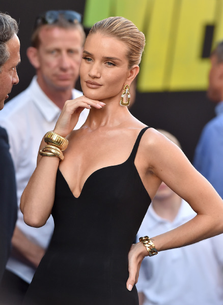 rosie-huntington-whiteley-beauty-red-carper-make-up-hair-updo-meg-movie