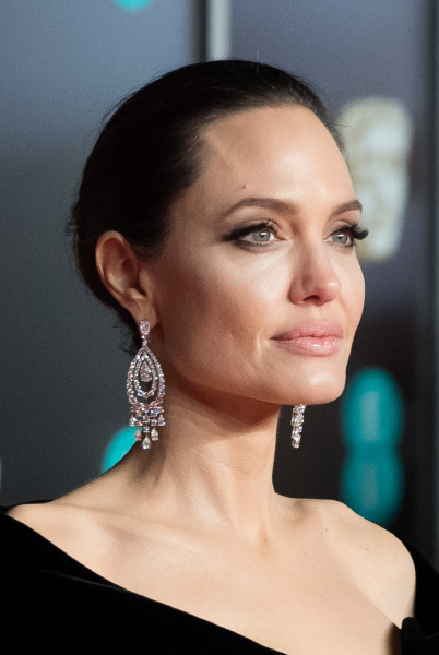 angelina-hjolie-red-carpet-beauty-make-up-skin-care-age-defying