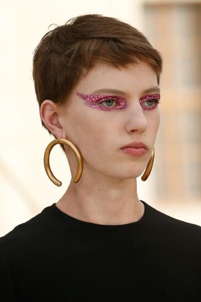 kaia-gerber-valentino-paris-fashion-week-beauty-make-up-swarowski-crystal