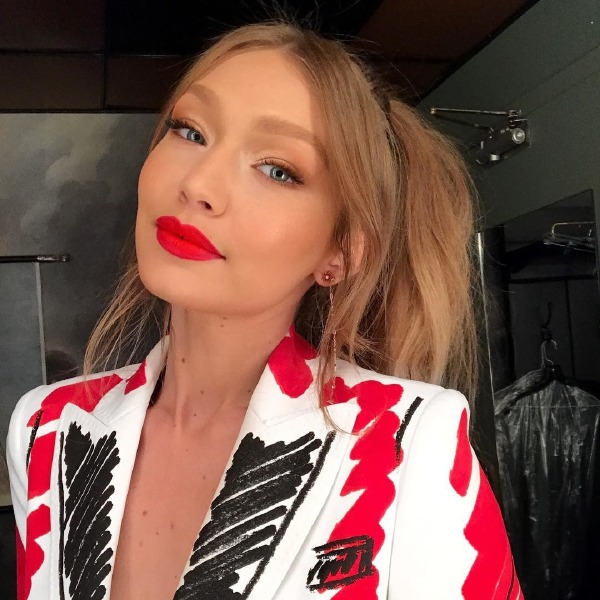 gigi-hadid-make-up-beauty-hair-style-manicure-ponytail-red-lips-logomania