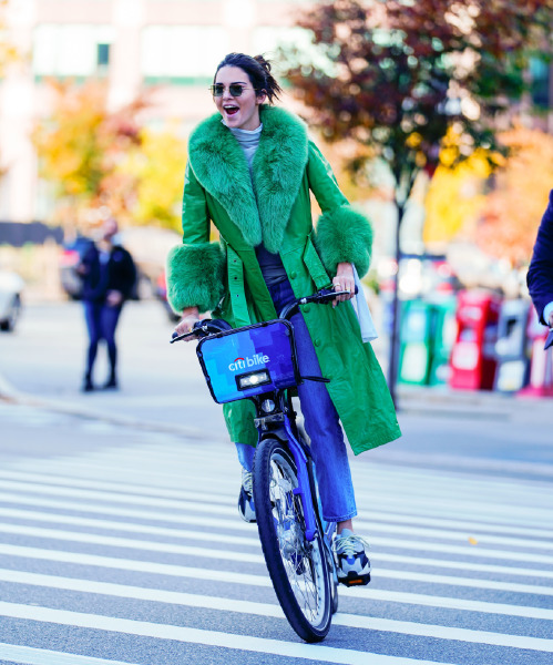 kendall-jenner-trenchcoat-new-york-street-style-birthday-bike