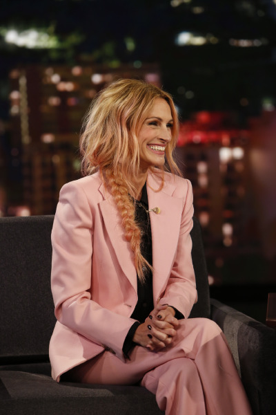julia-roberts-jimmy-kimmel-pink-hair-suit-beauty-make-up-celebrity
