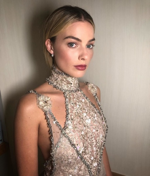 margot-robbie-bryce-scarlett-instagram-hair-make-up-mary-queen-red-carpet-beauty