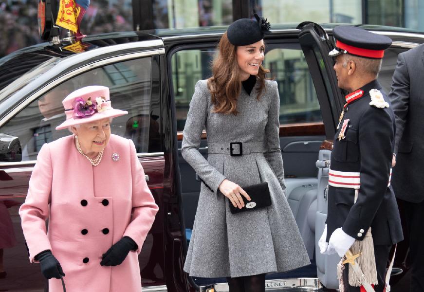 kraliçe elizabeth ve kate middleton