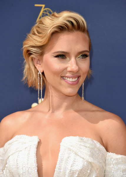 scarlett-johansson-lips-beauty-makeup-trick-red-carpet-celebrity