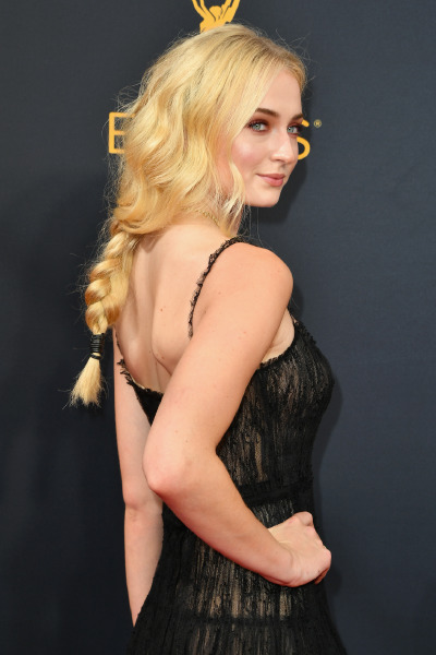 sophie-turner-red-carpet-hair-beauty-make-up-style