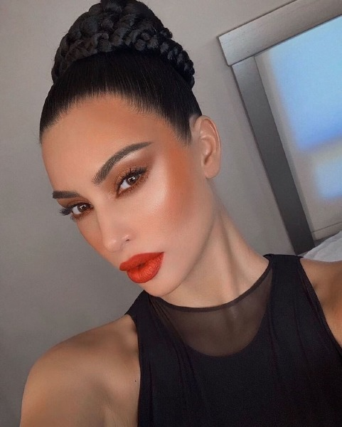 kim-kardashian-make-up-sooo-fire-red-lips-bronze-beauty-instagram