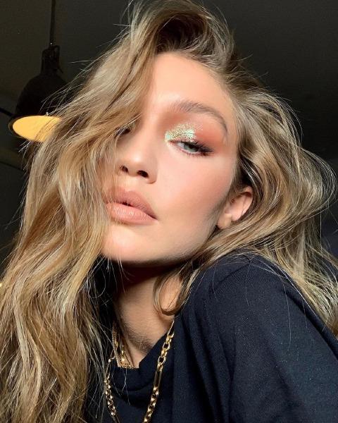 gigi-hadid-gold-metallic-make-up-beauty-model