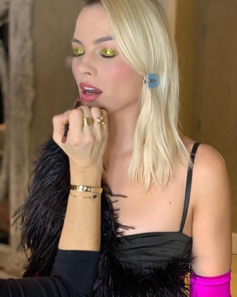 margot-robbie-pati-dubroff-celebrity-instagram-metallic-glitter-make-up-red-carpet